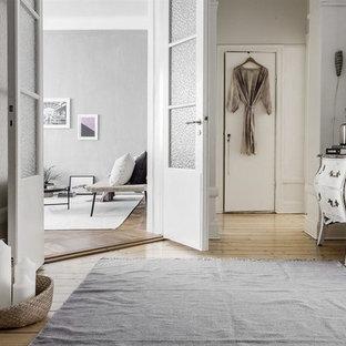 Inspiration för en stor skandinavisk hall, med grå väggar och ljust trägolv