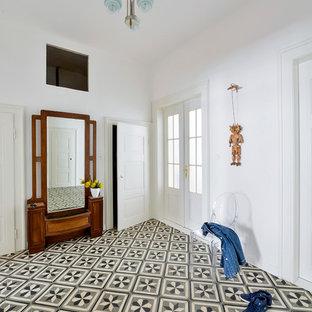Mittelgroßer Klassischer Flur mit weißer Wandfarbe und Keramikboden in Sonstige
