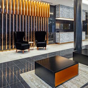 Inspiration pour un très grand couloir minimaliste avec un mur multicolore, un sol en marbre et un sol multicolore.
