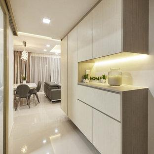 Свежая идея для дизайна: маленький коридор в современном стиле с белыми стенами и полом из керамогранита - отличное фото интерьера
