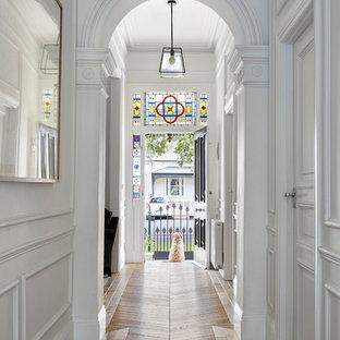 Пример оригинального дизайна интерьера: коридор в викторианском стиле с белыми стенами и светлым паркетным полом