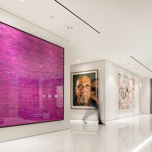 Стильный дизайн: коридор в современном стиле с бежевыми стенами и белым полом - последний тренд