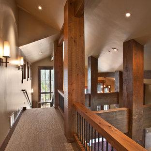 Idéer för rustika hallar, med beige väggar och heltäckningsmatta