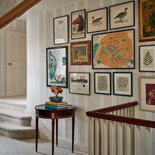 Foto de recibidores y pasillos clásicos con paredes multicolor, moqueta y suelo beige