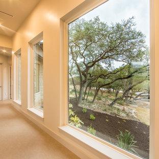 Idéer för en mellanstor modern hall, med vita väggar och kalkstensgolv