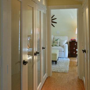 Esempio di un ingresso o corridoio chic di medie dimensioni con pareti beige e pavimento in sughero