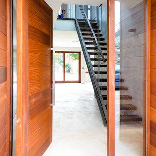 Inspiration för mellanstora moderna hallar, med grå väggar och betonggolv