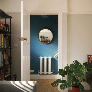 Пример оригинального дизайна интерьера: маленький коридор в стиле фьюжн с синими стенами и светлым паркетным полом