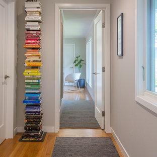 Idéer för vintage hallar, med grå väggar, mellanmörkt trägolv och brunt golv