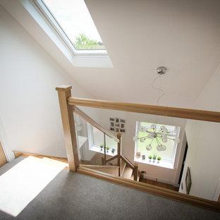 Идея дизайна: маленький коридор в современном стиле с белыми стенами и ковровым покрытием