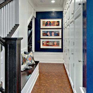 Inspiration pour un couloir traditionnel de taille moyenne avec un mur bleu et un sol en liège.