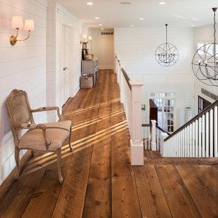 Стильный дизайн: коридор в стиле фьюжн с белыми стенами, паркетным полом среднего тона и коричневым полом - последний тренд