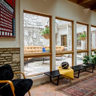 Неиссякаемый источник вдохновения для домашнего уюта: коридор в стиле рустика с бежевыми стенами и оранжевым полом