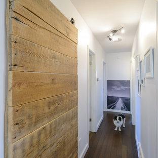 トロントの小さいコンテンポラリースタイルのおしゃれな廊下 (白い壁、竹フローリング) の写真