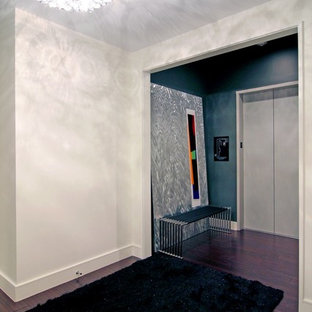 Cette image montre un couloir design avec un sol violet.