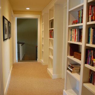 Стильный дизайн: коридор среднего размера в классическом стиле с желтыми стенами и ковровым покрытием - последний тренд