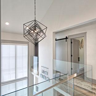 На фото: большой коридор в современном стиле с белыми стенами, паркетным полом среднего тона, коричневым полом и сводчатым потолком с