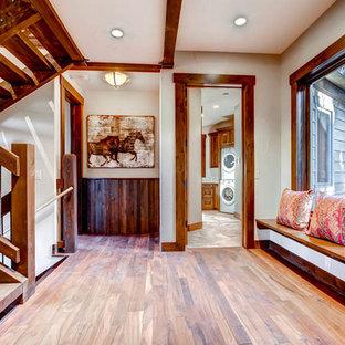 デンバーのトランジショナルスタイルのおしゃれな廊下の写真