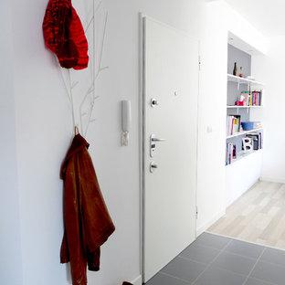 Пример оригинального дизайна: маленький коридор в скандинавском стиле с белыми стенами и полом из керамической плитки
