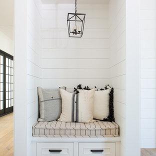 Idéer för en mellanstor lantlig hall, med vita väggar, ljust trägolv och brunt golv