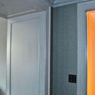 Cette photo montre un couloir chic de taille moyenne avec un mur bleu et un sol en bois brun.