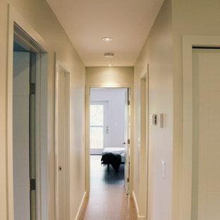На фото: коридор среднего размера в стиле модернизм с серыми стенами и пробковым полом с