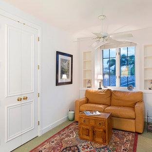 Idéer för mellanstora vintage hallar, med vita väggar, heltäckningsmatta och grönt golv