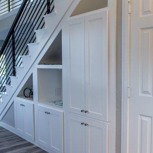 ダラスの中サイズのトランジショナルスタイルのおしゃれな廊下 (グレーの壁、無垢フローリング、茶色い床) の写真