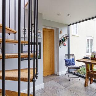 Idéer för att renovera en liten funkis hall, med grå väggar, klinkergolv i keramik och grått golv