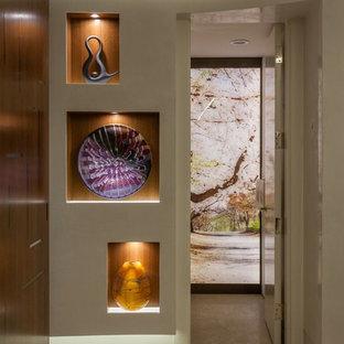 Idéer för mellanstora funkis hallar, med vita väggar, kalkstensgolv och beiget golv