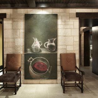 シカゴのトラディショナルスタイルのおしゃれな廊下 (ベージュの壁、ライムストーンの床、ベージュの床、表し梁、レンガ壁) の写真