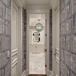Idéer för små vintage hallar, med flerfärgade väggar och mörkt trägolv