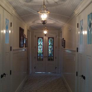 Exempel på en mellanstor klassisk hall, med beige väggar, heltäckningsmatta och beiget golv