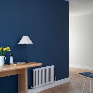 Exemple d'un couloir tendance de taille moyenne avec un mur blanc, un sol en bois peint et un sol beige.