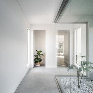 パースのコンテンポラリースタイルのおしゃれな廊下 (白い壁、セラミックタイルの床、グレーの床) の写真