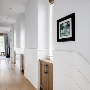 На фото: коридоры в морском стиле с белыми стенами, светлым паркетным полом и бежевым полом