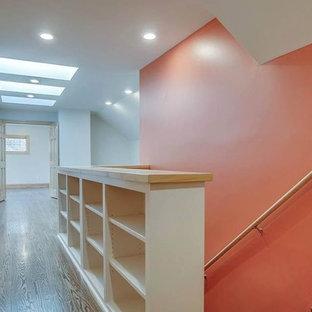 ナッシュビルの大きいミッドセンチュリースタイルのおしゃれな廊下 (オレンジの壁、無垢フローリング) の写真