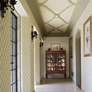 フィラデルフィアの広いトラディショナルスタイルのおしゃれな廊下 (ベージュの床) の写真