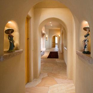 アルバカーキのサンタフェスタイルのおしゃれな廊下 (ベージュの壁、マルチカラーの床) の写真