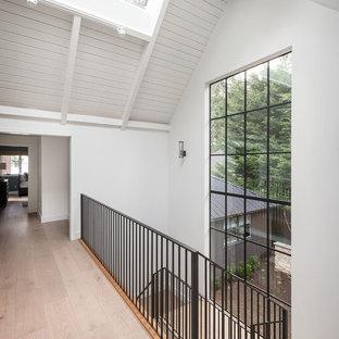 Idées déco pour un couloir campagne avec un mur blanc et un plafond en lambris de bois.