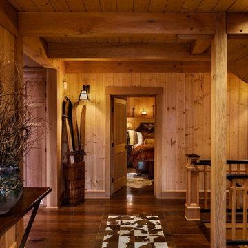 Alpine Ski Home: Hallway