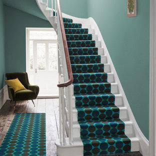 ハンプシャーのコンテンポラリースタイルのおしゃれな廊下 (緑の壁、カーペット敷き、青い床) の写真