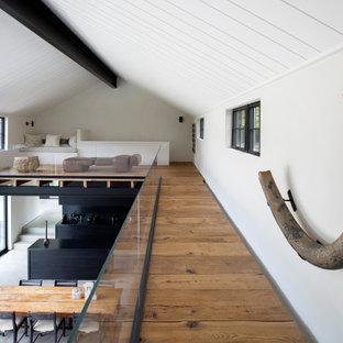 Inspiration för moderna hallar, med vita väggar, mellanmörkt trägolv och brunt golv