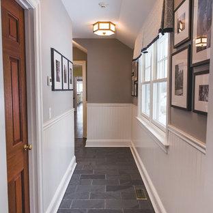 ニューヨークの中サイズのトランジショナルスタイルのおしゃれな廊下 (グレーの壁、スレートの床、グレーの床) の写真
