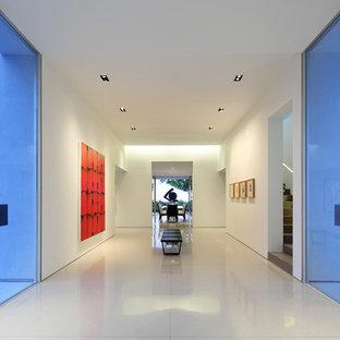 ロサンゼルスの巨大なコンテンポラリースタイルのおしゃれな廊下 (白い壁、リノリウムの床) の写真