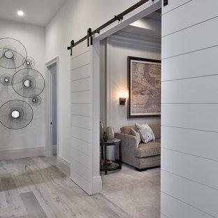 タンパのコンテンポラリースタイルのおしゃれな廊下 (グレーの壁、淡色無垢フローリング) の写真