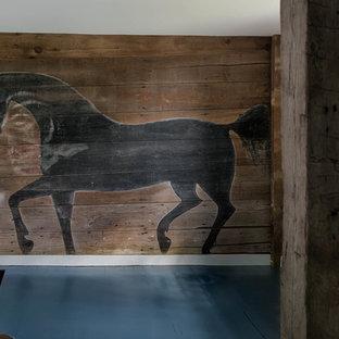 Aménagement d'un grand couloir éclectique avec un mur marron, un sol en bois foncé et un sol bleu.