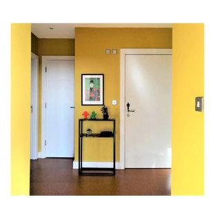 ダブリンの中くらいのエクレクティックスタイルのおしゃれな廊下 (黄色い壁、コルクフローリング、茶色い床) の写真