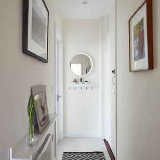 Пример оригинального дизайна: коридор среднего размера в современном стиле с белыми стенами, полом из винила и бежевым полом