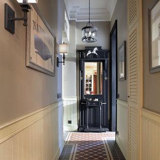 Пример оригинального дизайна: маленький коридор в классическом стиле с серыми стенами и коричневым полом